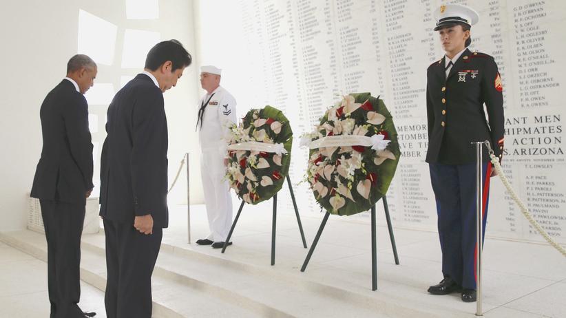 Hawaii: US-Präsident Barack Obama und der Premierminister Japans, Shinzo Abe beim gemeinsamen Besuch in Pearl Harbor, Hawaii.