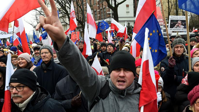 Polnische Demonstranten versammeln sich am Wochenende vor dem Verfassungsgericht, um dem scheidenden Vorsitzenden des Gerichts, Andrzej Rzeplinski, für seine Bemühungen zu danken, die Unabhängigkeit der Justiz zu verteidigen.