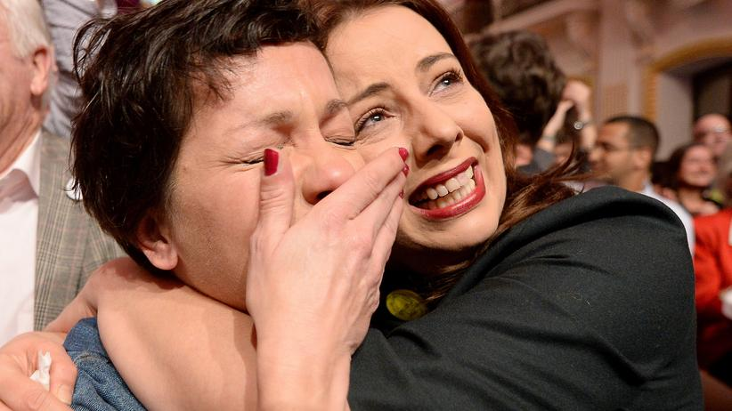 Reaktionen zur Wahl: Anhänger von Van der Bellen jubeln nach dem Sieg ihres Kandidaten.