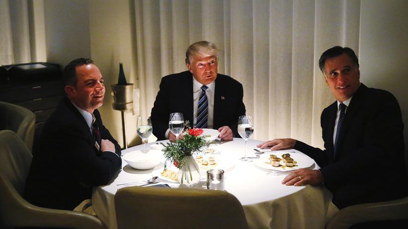 Reince Priebus: Der designierte US-Präsident Donald Trump bei einem Treffen mit Mitt Romney (r.) und seinem neuen Stabschef Reince Priebus (l.) in Washington
