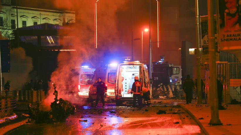 Kurden: Polizisten erreichen den Schauplatz einer Explosion im Zentrum Instabuls am 10. Dezember 2016.