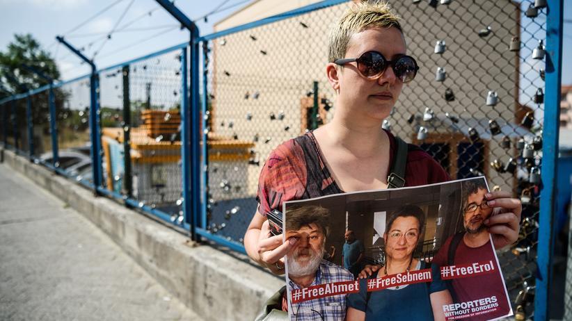 """Reporter ohne Grenzen: Protest für die Freilassung von einem Mitarbeiter von Reporter ohne Grenzen, Erol Onderoglu, dem Journalisten Ahmet Nesin und der Aktivistin Sebnem Korur Fincanci, die wegen """"terroristischer Propaganda"""" in der Türkei inhaftiert sind."""
