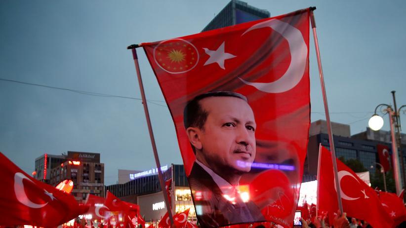 Türkei: Eine Flagge mit dem Konterfei des türkischen Präsidenten Recep Tayyip Erdoğan bei einer Pro-Regierungs-Demonstration in Ankara
