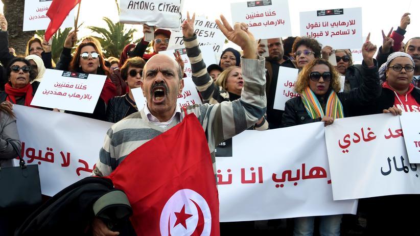 """Tunesien: Demonstration in Tunis gegen die Rückkehr von Dschihadisten nach Tunesien: """"Wir sind alle vom Terrorismus bedroht"""", steht auf einem Banner."""