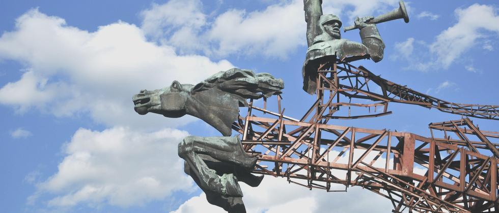 In der Region Lwiw wird ein sowjetisches Denkmal abgetragen.