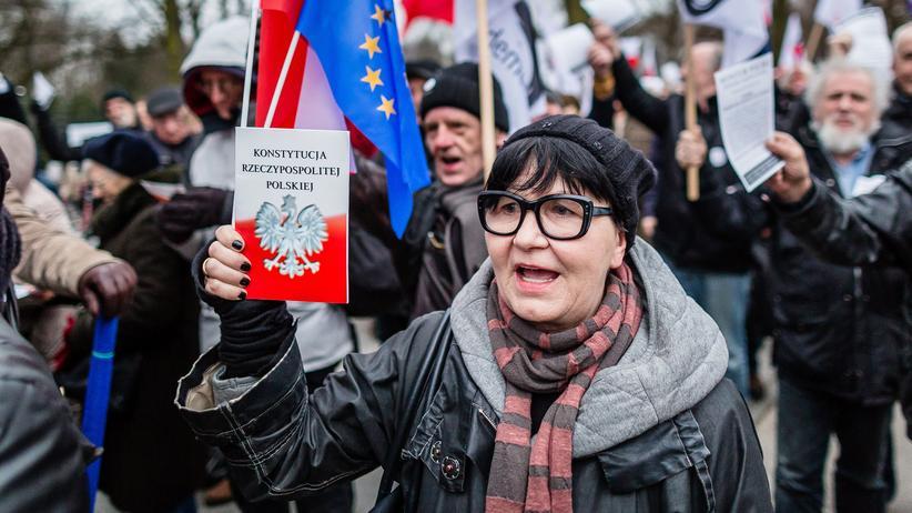 Verfassungsstreit: Regierungsgegner demonstrieren in Warschau.