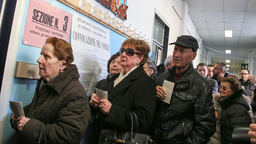 Verfassungsreform: Wähler stehen in Pontassive an, um ihre Stimme zum Referendum abzugeben.