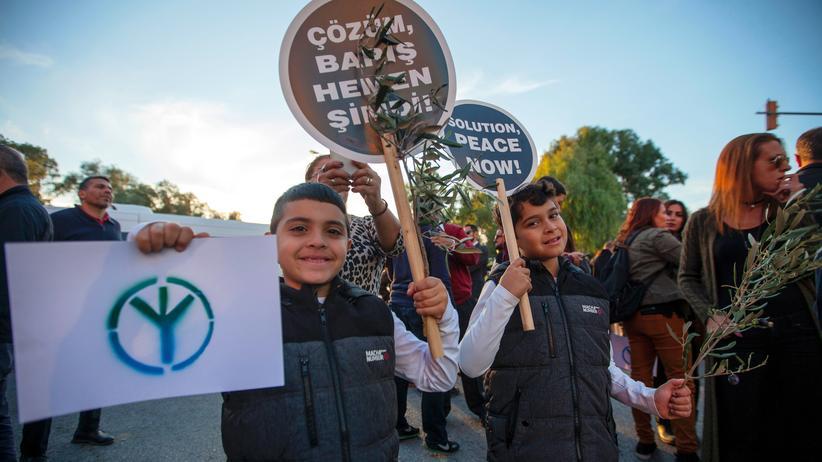 Zypern: Zwei Jungs laufen bei einer Demonstration im nördlichen Teil von Nikosia mit, der zum türkischen Landesteil Zyperns gehört.