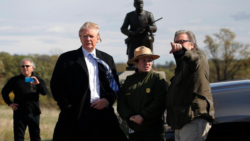 Alt-Right-Bewegung: Der künftige US-Präsident Donald Trump und sein Berater Steve Bannon im Oktober 2016 bei einem Besuch im Gettysburg National Military Park