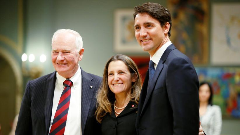 Regierungsumbildung: Kanadas Premier Justin Trudeau (rechts), die die neue kanadische Außenministerin Chrystia Freeland und Kanadas Governeur David Johnston am 10. Januar