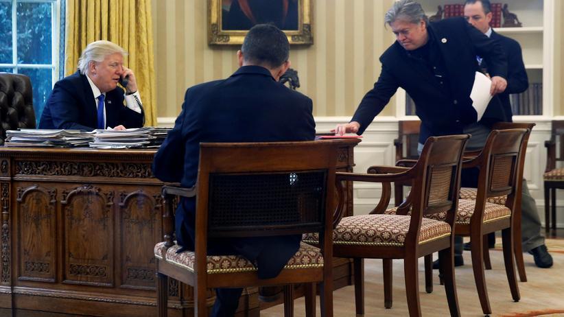 Nato: Donald Trump während seines Telefonats mit Angela Merkel