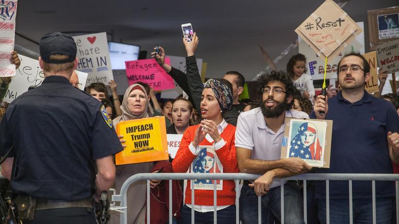 Einreiseverbot USA: Am Flughafen San Francisco demonstrierten Tausende gegen Donald Trumps Einreiseverbot.