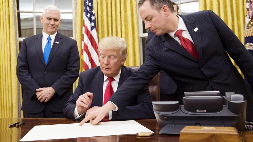 Obamacare: Donald Trump (hier mit Stabschef Reince Priebus, rechts) inszeniert sich als Macher: An seinem ersten Amtstag unterzeichnete er eine Direktive, die Obamas Gesundheitsreform rückgängig macht.
