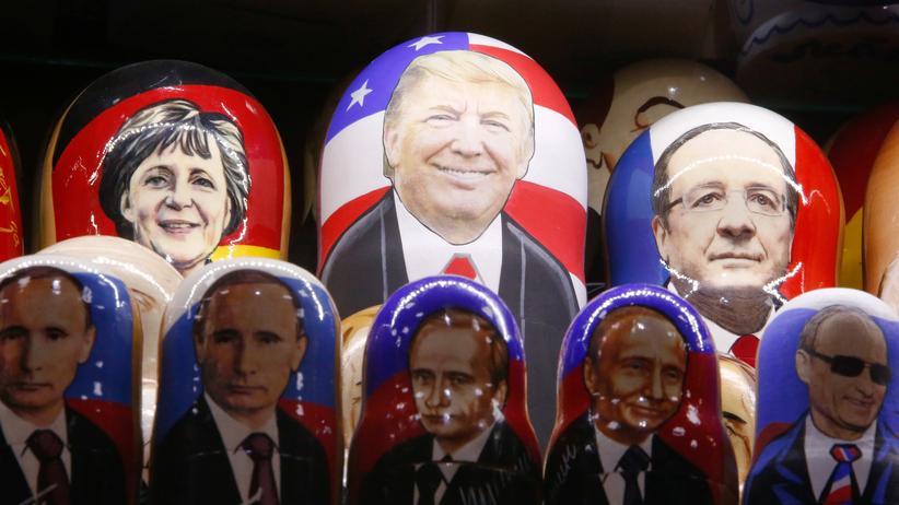 Wahljahr 2017: Russische Matrjoschkas mit den Gesichtern von Angela Merkel, Donald Trump und François Hollande in einem Laden in Moskau