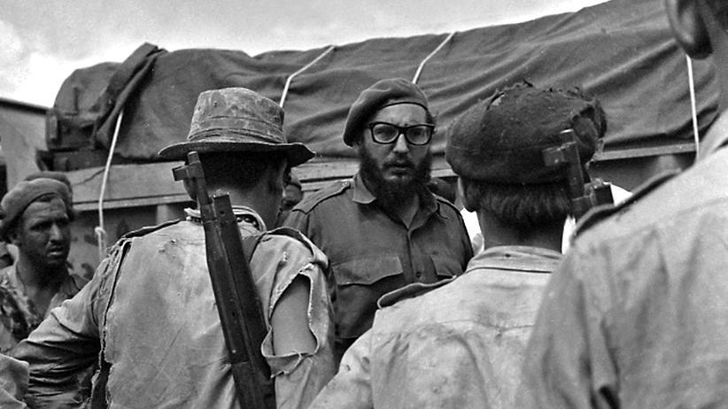 Geheimdienst: Fidel Castro (m.) mit Soldaten des kubanischen Militärs im April 1961