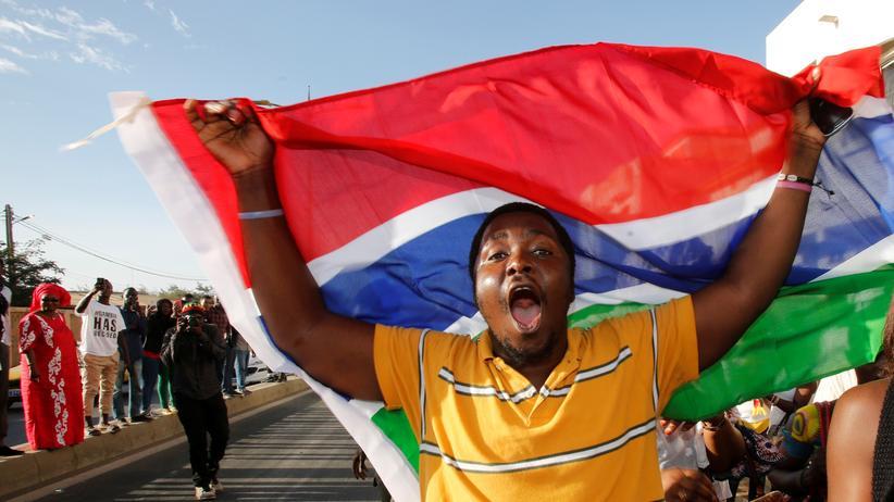Gambia: Ein Unterstützer des neu gewählten gambischen Präsidenten Adama Barrow feiert vor den gambischen Botschaft im Nachbarland Senegal den Machtwechsel.
