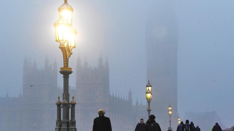 Großbritannien: Passanten auf der Westminster-Brücke vor dem britischen Parlament in London