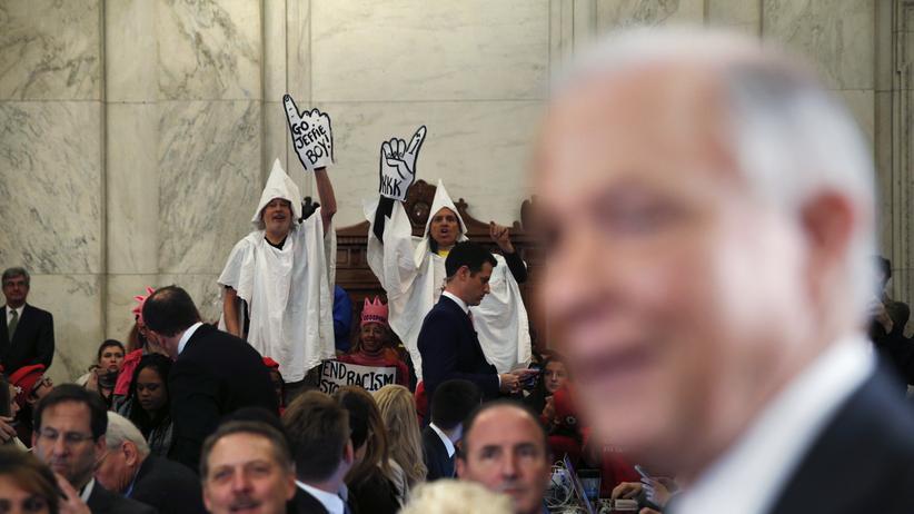 US-Senat: Demonstranten tragen Gewänder des Ku Klux Klans während einer Anhörung des designierten US-Justizministers Jeff Sessions.