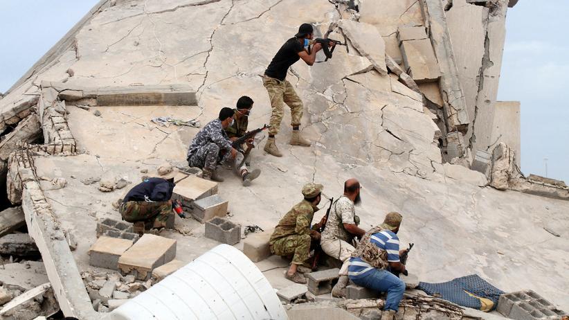 "Libyen: Libysche Kämpfer rücken gegen den ""Islamischen Staat"" nahe Sirte vor."