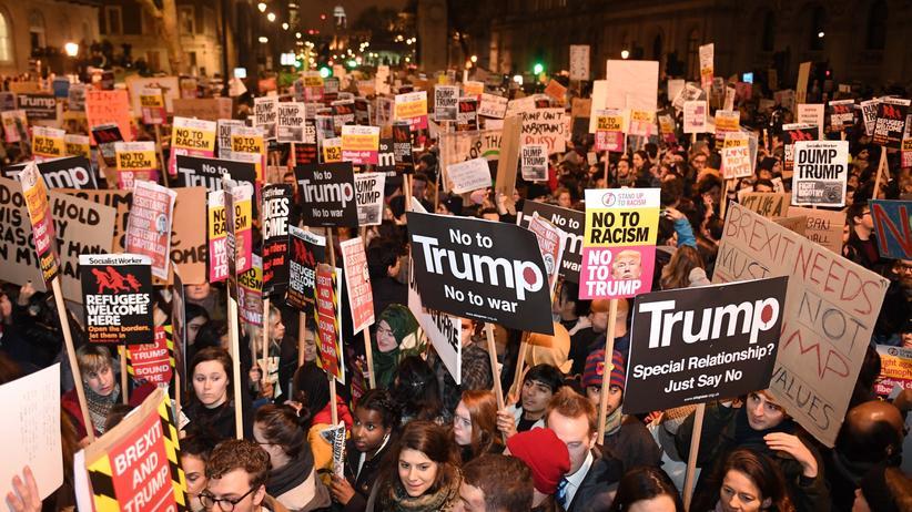 Großbritannien: Demonstranten in der Londoner Downing Street protestieren gegen die Einreisepolitik von US-Präsident Trump.