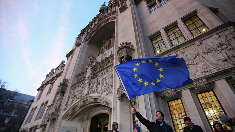 Brexit: Jubel: Ein EU-Anhänger schwenkt eine Europaflagge vor dem Gebäude des Obersten Gerichts in London.