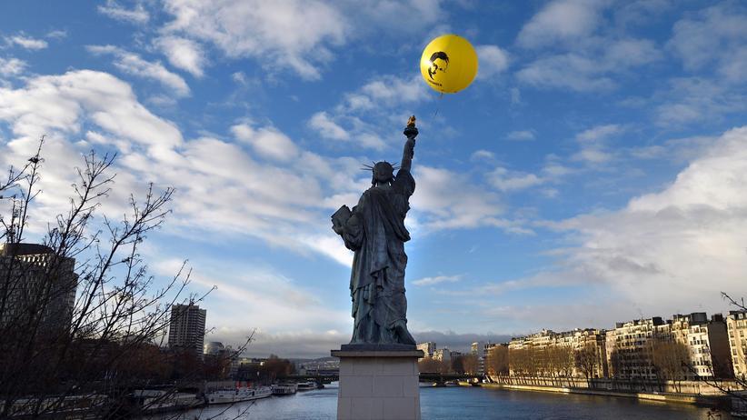 NSA: Ein Ballon mit dem Bild Edward Snowdens in Paris