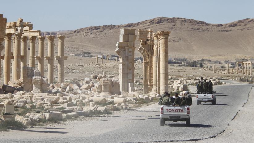 """""""Islamischer Staat"""": Fahrzeuge der syrischen Armee passieren die antike Stadt Palmyra (Archivbild vom April 2016)."""