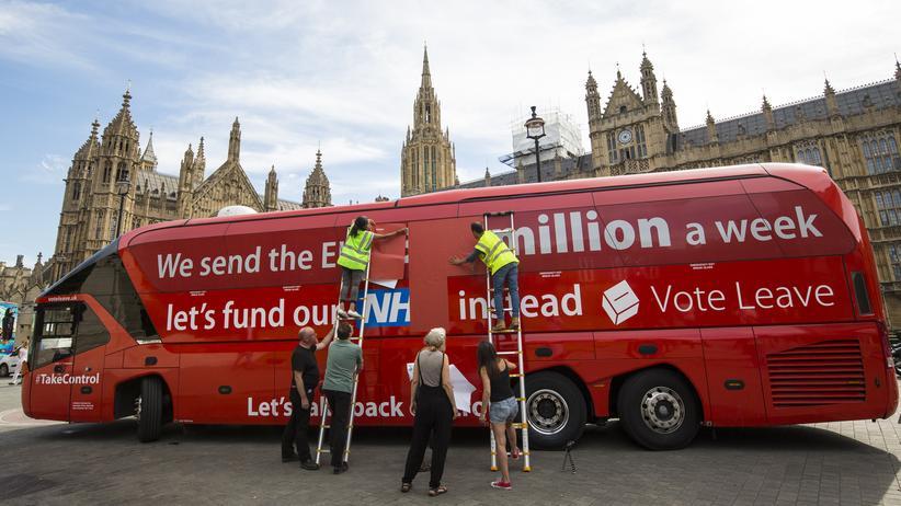 Postfaktisch: oder glatt gelogen? Im Brexit-Wahlkampf hatte das Leave-Lager angekündigt, die angeblichen 350 Millionen Pfund, die Großbritannien wöchentlich an die EU überweise, künftig für das britische Gesundheitssystem auszugeben. Kaum hatten die EU-Gegner gewonnen, kassierten sie das Versprechen ein.