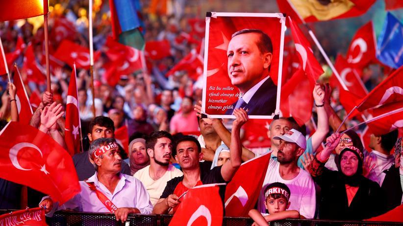Recep Tayyip Erdoğan: Unterstützer von Recep Tayyip Erdoğan auf dem Taksim-Platz (2016)