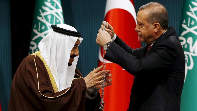 Donald Trump: Der saudischer Herrscher Salman ibn Abd al-Aziz (l.) bekommt vom türkischen Präsidenten Recep Tayyip Erdoğan eine Medaille überreicht, Ankara, April 2016.