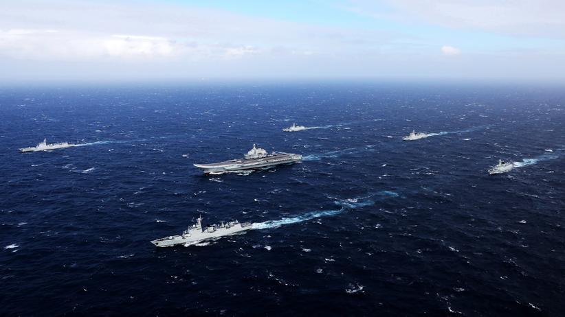 Chinesischer Flugzeugträger mit Begleitschiffen im Südchinesischen Meer