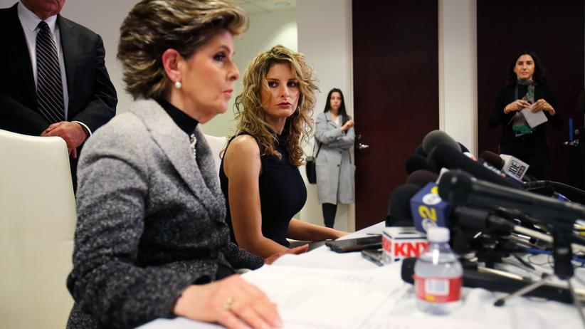 Summer Zervos: Summer Zervos (rechts mit ihrer Anwältin Gloria Allred) klagt wegen Verleumdung gegen Donald Trump, der sie wegen Belästigungsvorwürfen als Lügnerin bezeichnete.