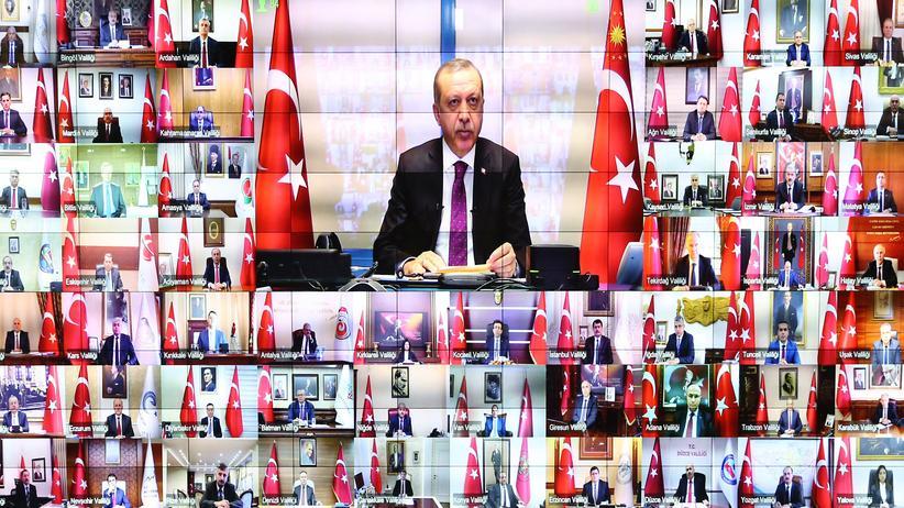 Türkei: Der türkische Präsident und seine 81 Gouverneure: Recep Tayyip Erdoğan bei einer Videoschaltung am 10. Januar 2017