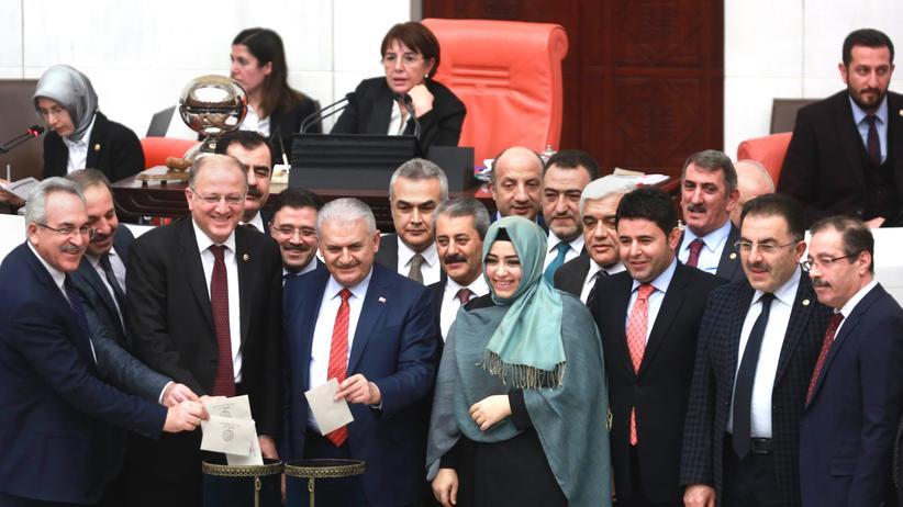 Türkei: Der türkische Premierminister Binali Yıldırım (Mitte) und einige Parlamentsabgeordnete bei der Abstimmung um die Ausweitung der Macht des Präsidenten