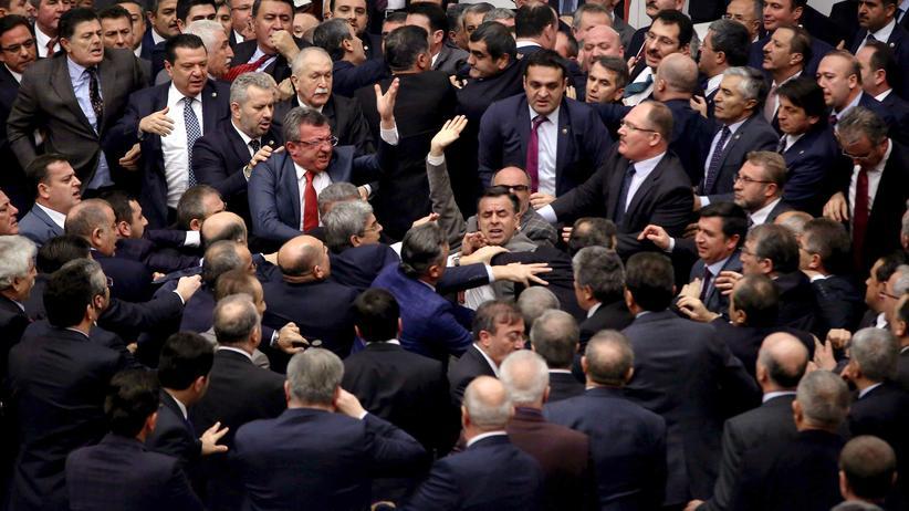 Präsidialsystem in der Türkei: AKP-Abgeordnete und Oppostionspolitiker werden während der Debatte über die Verfassungsreform handgreiflich.