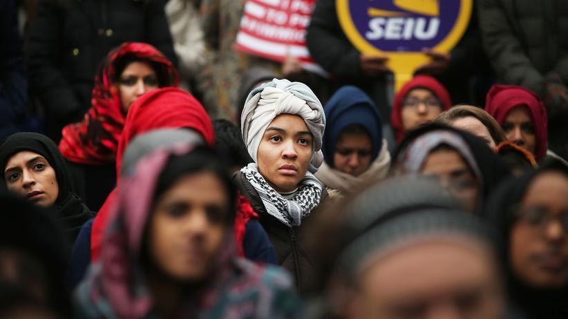 US-Flüchtlingspolitik: Ortsanssäsige Muslime und Einwanderungsaktivisten demonstrierten am Freitag in New York gegen Trumps Migrationspolitik.