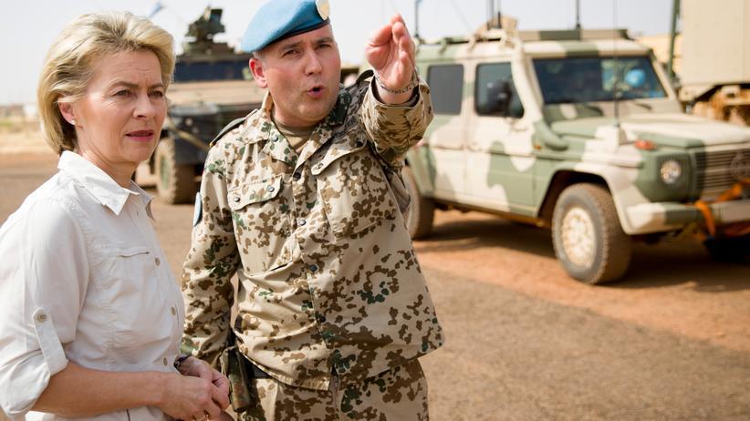 Bundeswehreinsatz: Verteidigungsministerin Ursula von der Leyen spricht bei einem Truppenbesuch im malischen Gao mit Oberstleutnant Michael Hoppstädter. (Dezember 2016)