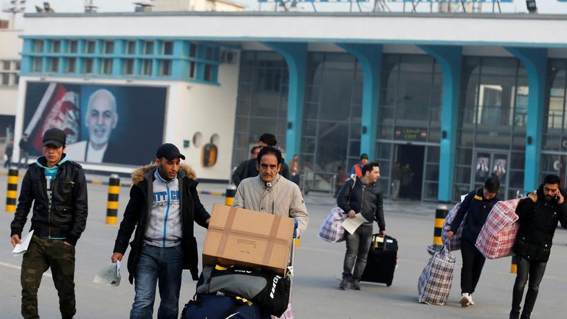 Europäische Union: Eine Gruppe von Flüchtlingen am Flughafen von Kabul, Afghanistan
