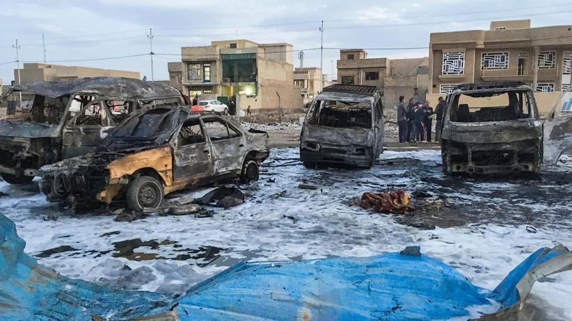 Irak: Verbrannte Autos auf dem Bagdader Markt, auf dem der Anschlag verübt wurde