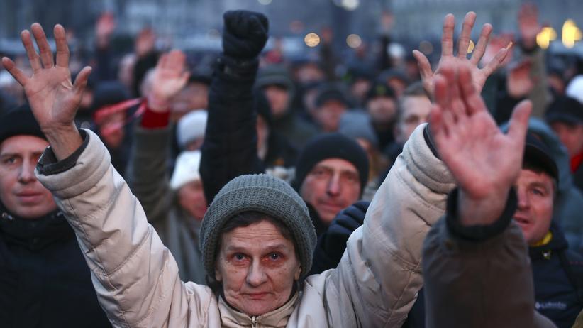 Belarus: Menschen protestieren in Minsk gegen eine Sondersteuer für Arbeitslose.