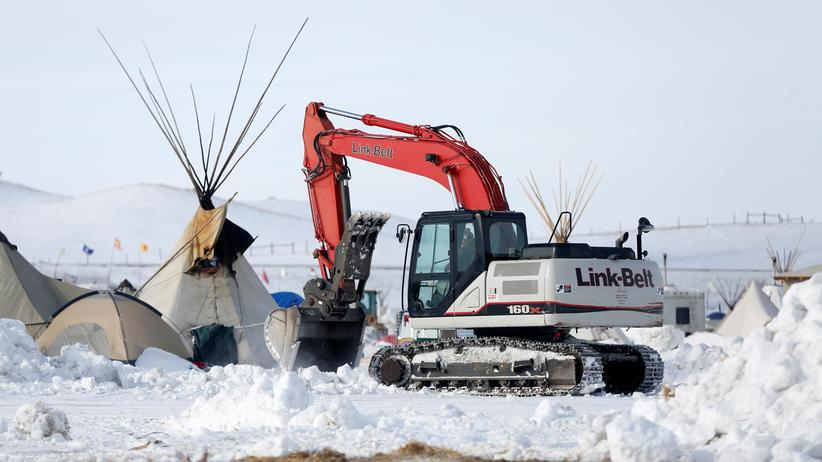 Dakota Access Pipeline: Ein Bagger entfernt Reste eines Protestcamps gegen die Dakota Access Pipeline in North Dakota.