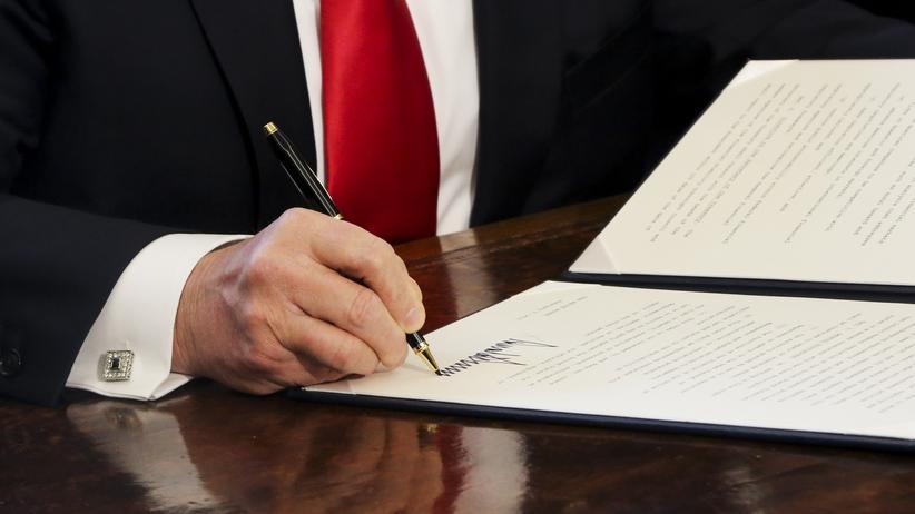 US-Präsident: Donald Trump unterschreibt ein Dekret im Weißen Haus.
