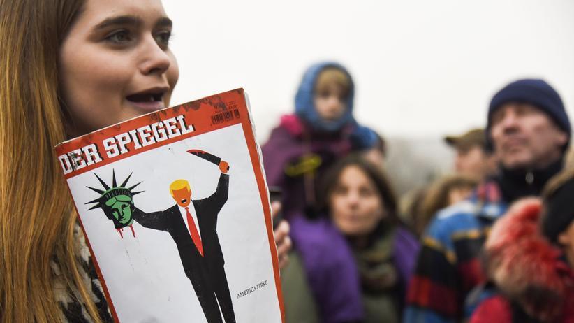 """Amerikanische Presse: Anti-Trump-Protest in Berlin mit dem """"Spiegel""""-Cover"""