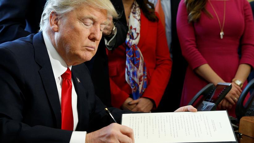 Donald Trump während der Unterzeichnung eines Dekrets