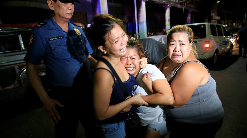 Anti-Drogen-Kampf: Trauer von Menschen, die einen Angehörigen im Anti-Drogen-Krieg von Duterte verloren haben