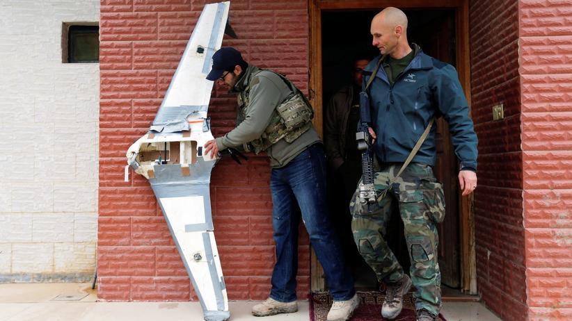 """""""Islamischer Staat"""": US-Soldaten mit einer selbstgebauten Drohne des """"Islamische Staats"""" im irakischen Mossul"""