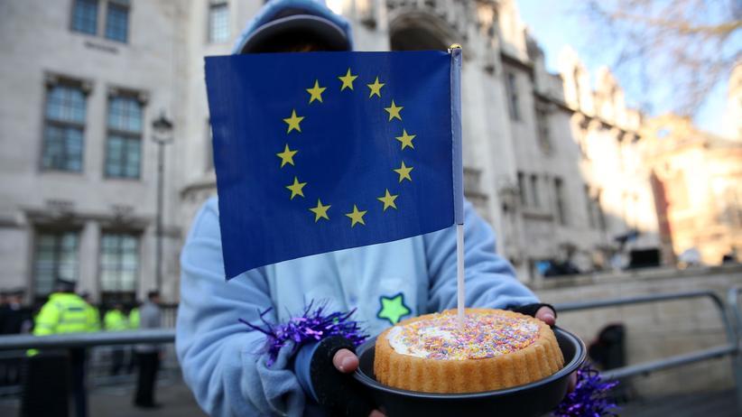 Großbritannien: Protest mit Kuchen: Ein Brexit-Gegner demonstriert in London für den Verbleib des Landes in der EU