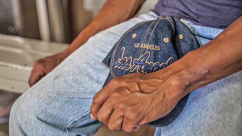 US-Einwanderer: In der Suppenküche von Heroica Nogales träumt der Mexikaner José von Los Angeles. Die passende Basecap hat er schon.