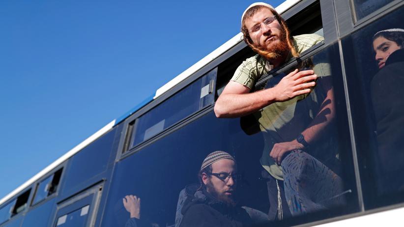 Weißes Haus: Israelische Siedler, die ihre Behausungen in Amona im Westjordanland verlassen müssen. Ein Gericht hatte entschieden, dass die Häuser auf privatem palästinensichem Grund gebaut worden waren.