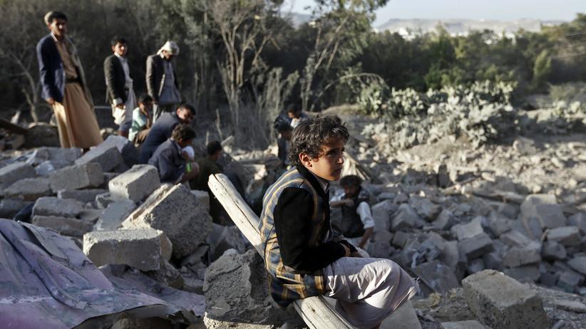 Jemen: Ein Junge sitzt in den Trümmern eines Hauses in der Nähe von Jemens Hauptstadt Sanaa, das bei einem Luftangriff der von Saudi-Arabien geführten Koalition zerstört wurde.